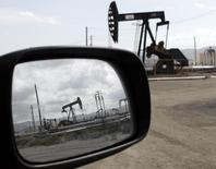 Станки-качалки в Феллоус, Калифорния 3 апреля 2010 года. Цены на нефть Brent держатся около $80 за баррель, пока инвесторы ждут итогов совещания ОПЕК, которое состоится в четверг. REUTERS/Lucy Nicholson