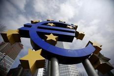 Символ валюты евро у здания ЕЦБ во Франкфурте-на-Майне 4 апреля 2013 года. Курс евро держится выше двухлетнего минимума благодаря улучшению делового климата в Германии. REUTERS/Lisi Niesner