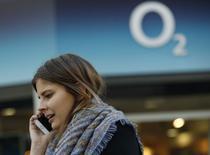 L'opérateur télécoms britannique BT Group pourrait offrir au moins six milliards d'euros et 20% de son capital pour racheter le réseau mobile O2 à Telefonica, /Photo prie le 24 novembre 2014/REUTERS/Luke MacGregor