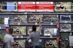 Funcionário mostra TV a cliente em uma loja de Ingolstadt, no sul da Alemanha. 18/09/2014. REUTERS/Michaela Rehle