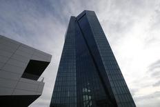 Vista general del Banco Central Europeo en Frankfurt. Imagen de archivo, 21 octubre, 2014. La economía global mejorará gradualmente en los próximos dos años, pero Japón crecerá menos de lo previsto mientras que la zona euro luchará con el estancamiento y un mayor riesgo de deflación, dijo el martes la Organización para la Cooperación y el Desarrollo Económicos (OCDE).    REUTERS/Ralph Orlowski