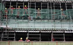 Trabalhadores durante uma pausa em um canteiro de obras, em São Paulo. 11/12/2013 REUTERS/Nacho Doce