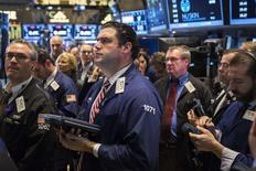 Una serie de operadores en la rueda de operaciones de Wall Street en Nueva York, nov 18 2014. Las acciones estadounidenses caían el martes, con los principales índices retrocediendo desde niveles récord luego de que un índice de confianza del consumidor cayera inesperadamente a su menor punto desde junio.  REUTERS/Lucas Jackson