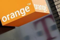 """Orange est une des valeurs à suivre mercredi à la Bourse de Paris. Deutsche Telekom a confirmé avoir avec Orange des discussions """"exploratoires hautement préliminaires"""" avec BT au Royaume-Uni. /Photo d'archives/REUTERS/Darren Staples"""