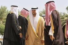 Mohammed al-Mazroui, ministro del Petróleo de EAU, llega a una reunión con ministros del petróleo del Golfo Pérsico en Riyadh. Imagen de archivo, 24 septiembre, 2014.  Emiratos Árabes Unidos se alineó el miércoles con Arabia Saudita, una de las voces más influyentes en la OPEP, al decir que el grupo no debería entrar en pánico porque los precios del petróleo se estabilizarán pronto, al tiempo que elevó la presión a los productores fuera del cartel para que ayuden a equilibrar el mercado. REUTERS/Faisal Al Nasser
