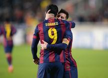 Luis Suárez e Lionel Messi comemoram gol marcado contra o Apoel Nicósia. 25/11/2014 REUTERS/Andreas Manolis