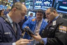 Wall Street débute sur une note stable mercredi, après une série d'indicateurs mitigés sur l'économie américaine, dans un marché peu actif à la veille de Thanksgiving. Dans les premiers échanges, le Dow Jones cède 0,01%, le S&P-500 progresse de 0,05% et le Nasdaq progresse de 0,06%. /Photo prise le 14 novembre 2014/REUTERS/Brendan McDermid