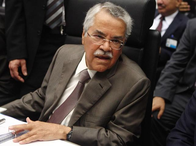 Saudi Arabia's Oil Minister Ali al-Naimi talks to journalists before a meeting of OPEC oil ministers in Vienna in this June 11, 2014 file photo.  REUTERS/Heinz-Peter Bader/Files