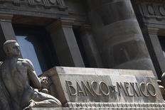 El logo del Banco de México en su sede en Ciudad de México, ago 27 2014. El Fondo Monetario Internacional dijo el miércoles que renovó por dos años una línea de crédito flexible otorgada a México por unos 70,000 millones de dólares.  REUTERS/Edgard Garrido