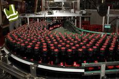 SABMiller, The Coca-Cola Company et la société sud-africaine Gutsche Family Investments (GFI) regroupent leurs opérations de mise en bouteille de boissons non alcoolisées en Afrique du Sud et de l'Est pour créer une entité au chiffre d'affaires de 2,9 milliards de dollars (2,32 milliards d'euros), présente sur 12 marchés en forte croissance. /Photo d'archives/REUTERS/Jacky Naegelen