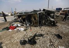 Место атаки на машину посольства Великобритании в Кабуле 27 ноября 2014 года. Атака мотоциклиста-смертника на машину британского посольства в столице Афганистана унесла по меньшей мере пять жизней, ранив десятки прохожих, сообщили власти. REUTERS/Omar Sobhani