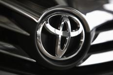 El logo de Toyota visto en uno de sus automóviles en el interior de una de sus salas de venta en Varsovia. Imagen de archivo, 11 abril, 2014. Toyota Motor Corp dijo el jueves que llamará a revisión a 57.000 vehículos a nivel mundial para reemplazar unas bolsas de aire fabricadas por Takata Corp que podrían tener defectos, en una señal de que la crisis de seguridad en torno al fabricante japonés de piezas de automóviles está lejos de ser contenida. REUTERS/Kacper Pempel