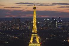 Vista de la Torre Eiffel iluminada y el distrito financiero de La Defense en París. Imagen de archivo, 14 julio, 2014. La Comisión Europea dirá el viernes a Francia, Italia y Bélgica que sus presupuestos del 2015 se arriesgan a vulnerar las normas del bloque, pero aplazará cualquier decisión sobre acciones que adopte hasta principios de marzo. REUTERS/Gonzalo Fuentes
