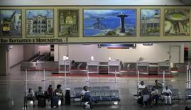Passageiros aguardam voos no aeroporto de Galeão no Rio de Janeiro. 22/11/2013 REUTERS/Ricardo Moraes