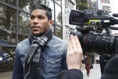 Atacante brasileiro Brandão, do Bastia, deixa sede da Federação Francesa de Futebol em Paris após audiência. 04/11/2014 REUTERS/Charles Platiau