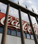 El logo de Coca-Cola visto a través de una reja en su planta de la compañía en Moscú. Imagen de archivo, 06 agosto, 2014. SABMiller y Coca-Cola unirán sus operaciones, que combinan el embotellamiento y distribución de sus bebidas en África, creando un grupo con ventas por 2.900 millones de dólares y ambiciones de capturar un mercado en rápido crecimiento. REUTERS/Maxim Shemetov