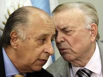 Del Nero conversa com José Maria Marin durante entrevista em Assunção em 23 de abril de 2013.  REUTERS/Jorge Adorno