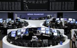 Помещение фондовой биржи во Франкфурте-на-Майне 28 ноября 2014 года. Европейские фондовые рынки снижаются за счет падения котировок нефтяных компаний и опасений дефляции в еврозоне. REUTERS/Remote/Stringer