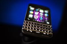 """Um Blackberry Q10 com teclado """"QWERTY"""" sendo exibido em evento em Toronto. 09/04/2014 REUTERS/Mark Blinch"""
