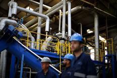 Unos trabajadores al interior de una planta procesadora de pescado en Concepción, Chile, nov 14 2014. La producción manufacturera en Chile mostró un débil avance en octubre, mientras que el consumo y la minería del cobre se contrajeron sin dar señales de una esperada reactivación de la economía en la última parte del año, pese a la baja del desempleo. REUTERS/Ivan Alvarado