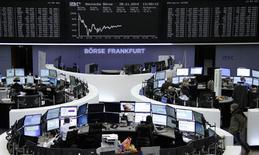 Unos operadores en la bolsa alemana de comercio en Fráncfort, nov 28 2014. Las acciones europeas registraron su segunda ganancia semanal consecutiva tras una recuperación sobre el cierre de la sesión del viernes, gracias a que el impacto de la caída de los precios del petróleo fue contrarrestado por las subidas de los sectores aerolíneas y consumo masivo.      REUTERS/Remote/Stringer