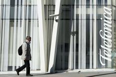 """Le président de l'opérateur espagnol Telefonica  Cesar Alierta souhaite que son groupe noue une """"alliance globale"""" avec le britannique BT dans le cadre d'une transaction en numéraire et en actions portant sur sa filiale mobile britannique O2. /Photo prise le 12 novembre 2014/REUTERS/Albert Gea"""
