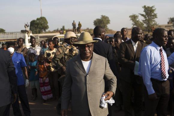 Mali's President Ibrahim Boubacar Keita (front) checks on measures preventing the spread of Ebola in Kouremale, at Mali's border with Guinea November 17, 2014. REUTERS/Joe Penney