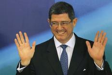 El futuro ministro de Hacienda de Brasil, el banquero Joaquim Levy, saluda durante una conferencia de prensa en Sao Paulo tras el anuncio de su designación. REUTERS/Ueslei Marcelino