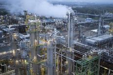 Los futuros del petróleo en Estados Unidos cayeron más de dos dólares el lunes a un mínimo de cinco años en el comercio asiático, y los futuros del crudo Brent tocaron un nuevo mínimo de cuatro años, extendiendo unas fuertes ventas después de que la OPEP decidió no recortar la producción la semana pasada. En la imagen, una vista general de una refinería en Schwedt/Oder, Alemania, el 20 de octubre de 2014.  REUTERS/Axel Schmidt