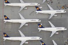 Sur le tarmac de l'aéroport de Francfort. La compagnie aérienne allemande Lufthansa a annoncé l'annulation lundi et mardi de 1.350 vols, soit 48% du programme prévu, en raison d'un mouvement de grève des pilotes. Ces annulations affecteront plus de 150.000 passagers. /Photo prise le 30 novembre 2014/REUTERS/Johannes Eisele/Files