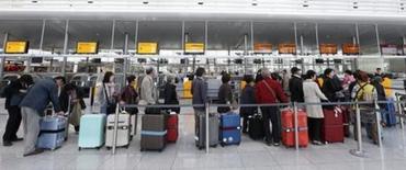 Пассажиры стоят в очереди к стойке регистрации на рейс авиакомпании Lufthansa 20 октября 2014 года. Ведущий авиаперевозчик Германии - компания Lufthansa отменила 1.350 регулярных рейсов, 48 процентов от их общего числа, в понедельник и вторник из-за грядущей забастовки летчиков. REUTERS/Michaela Rehle
