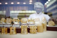 Ювелирные украшения в магазине в Дубае 10 января 2013 года. Цены на золото упали на 2 процента, после того как швейцарцы отвергли предложение обязать центробанк повысить золотые запасы. REUTERS/Ahmed Jadallah
