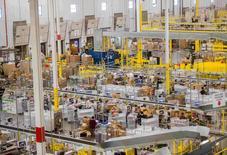 L'entrepôt de logstique d'Amazon à Tracy, en Californie. Amazon.com a installé plus de 15.000 robots dans une dizaine de ses entrepôts aux Etats-Unis afin de réduire d'un cinquième ses coûts d'exploitation et d'accélérer l'acheminement des marchandises à l'approche des fêtes de Noël. /Photo prise le 30 novembre 2014/REUTERS/Noah Berger
