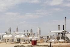 Usine d'hydrocarbures au Texas sur un gisement de schiste. Le nombre de permis de forage délivrés pour 12 grands gisements de schiste aux Etats-Unis a reculé de 15% en octobre, ce qui pourrait constituer le premier signe d'un ralentissement attendu du secteur en raison de la chute des cours du pétrole. /Photo prise le 2 mai 2014/REUTERS/David Alire