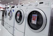 Secadoras y lavadoras a la venta en una tienda en Nueva York, jul 28 2010. El ritmo del crecimiento del sector manufacturero de Estados Unidos se desaceleró menos de lo esperado en noviembre, de acuerdo con un informe industrial divulgado el lunes.  REUTERS/Shannon Stapleton