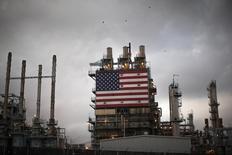 Una bandera estadounidense en la refinería de petróleo Tesoro en Los Angeles, oct 10 2014. En los últimos años los productores de petróleo de Estados Unidos han corrido a toda velocidad para perforar nuevos pozos de esquisto, incluso pese a la caída de precios. Pero nuevos datos sugieren que la largamente anticipada desaceleración de la actividad en el país habría llegado finalmente. REUTERS/Lucy Nicholson