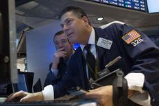 Unos operadores en la bolsa de Wall Street en Nueva York, nov 28 2014. Las acciones de Apple Inc se desplomaron el lunes, sufriendo brevemente su mayor caída de precio en al menos tres meses, después de un inusual aumento en volumen. REUTERS/Brendan McDermid