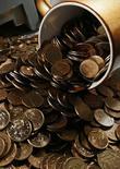 Монеты по 10 и 50 копеек на столе в офисе частной компании в Красноярске 6 ноября 2014 года. Рубль вырос при открытии торгов вторника на фоне восстановления нефти с многолетних минимумов и позитивной динамики сырьевых и развивающихся валют, а также после проверки на прочность Центробанка, накануне подтвердившего готовность интервенциями защищать российскую валюту и финансовую систему в целом от серьезных потрясений. REUTERS/Ilya Naymushin