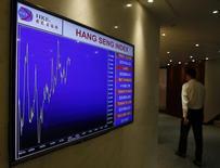 Экран с графиком индекса Hang Seng на входе в помещение биржи в Гонконге 28 октября 2014 года. Азиатские фондовые рынки выросли во вторник под влиянием местных новостей. REUTERS/Bobby Yip