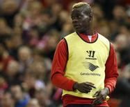 Mario Balotelli faz aquecimento durante partida do Liverpool no Campeonato Inglês. 28/10/2014 REUTERS/Andrew Yates