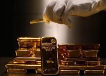 Barras de oro depositadas en un depósito de seguridad en Munich. Imagen de archivo, 3 marzo, 2014.  El oro caía el martes en torno al 1 por ciento ante la firmeza del dólar y señales de que la economía de Estados Unidos está beneficiándose de una baja en los precios del petróleo, lo que alentó las expectativas de que la Fed podría empezar a endurecer su política monetaria a mediados del 2015. REUTERS/Michael Dalder