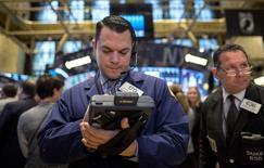 Un operador en la bolsa de Wall Street en Nueva York, dic 1 2014. Las acciones abrieron al alza el martes en la bolsa de Nueva York, luego de que un par de grandes acuerdos de fusiones y adquisiciones fortaleció el optimismo del mercado, un día después del peor desempeño del S&P 500 en un mes. REUTERS/Brendan McDermid