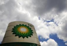 El logo de una gasolinera de BP en Londres, jul 29 2014. Las acciones de la principal petrolera británica BP subían el martes más de un 3 por ciento y varios operadores mencionaban versiones en el mercado de una oferta de adquisición de su rival Royal Dutch Shell.    REUTERS/Luke MacGregor