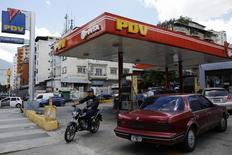Una gasolinera de PDVSA en Caracas, ago 29 2014. Las exportaciones de crudo diluido venezolano a Estados Unidos cayeron un 13 por ciento a 163.000 barriles por día en noviembre, mientras el país sudamericano importó crudo, nafta, diésel y gasolina, según datos de Reuters sobre flujos comerciales y reportes internos de PDVSA.  REUTERS/Carlos Garcia Rawlins
