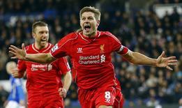 Gerrard comemora gol do Liverpool contra o Leicester City. 02/12/2014.  REUTERS/Darren Staples