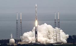 Ракета Atlas 5 стартует с космодрома на мысе Канаверал 18 ноября 2013 года. Компромиссный вариант законопроекта о национальной обороне США на 2015 год содержит запрет на закупку новых российских ракетных двигателей для военно-космической программы, сообщили во вторник помощники конгрессменов. REUTERS/Michael Berrigan