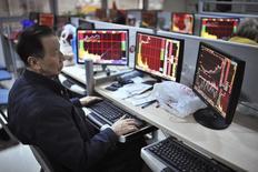 Частный инвестор в брокерской конторе в городе Хэфэй в китайской провинции Аньхой 3 декабря 2014 года. Азиатские фондовые рынки, кроме Гонконга, выросли в среду за счет локальных факторов. REUTERS/Jianan Yu