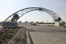 """Вид на Запорожскую АЭС в Энергодаре 12 июня 2008 года. Министр энергетики Украины не увидел угрозы от аварии, случившейся в ночь на среду на АЭС в Запорожье, пообещал ликвидировать её к пятнице и сказал, что с ядерным реактором """"никаких проблем"""". REUTERS/Stringer"""