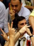 Un operador en la bolsa de Valores de Sao Paulo, oct 24 2008. La bolsa brasileña subía el miércoles, tras cinco sesiones consecutivas de pérdidas, en medio de un avance de las acciones de los bancos y de Petrobras.  REUTERS/Paulo Whitaker