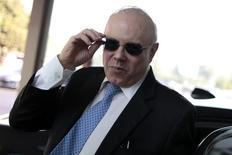 El ministro de Hacienda brasileño, Guido Mantega, llega a su ministerio en Brasilia. Imagen de archivo, 23 septiembre, 2014. Mantega, dijo el miércoles que el Gobierno envió 30.000 millones de reales (11.800 millones de dólares) al banco de desarrollo BNDES, pero que planeaba entregar menos recursos en el 2015. REUTERS/Ueslei Marcelino